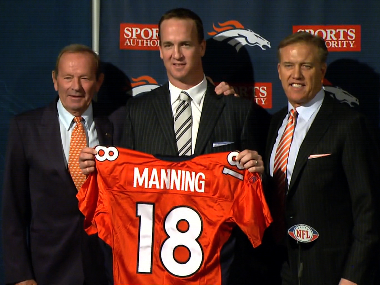 It S Official Peyton Manning Goes To Broncos Cbs News