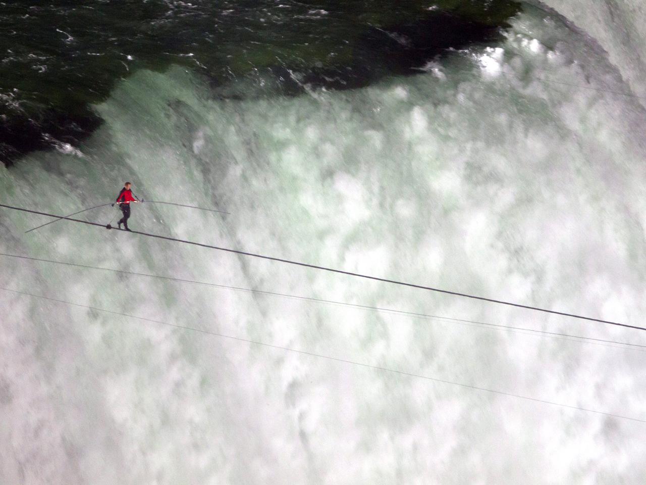 Daredevil Nik Wallenda completes Niagara Falls tightrope