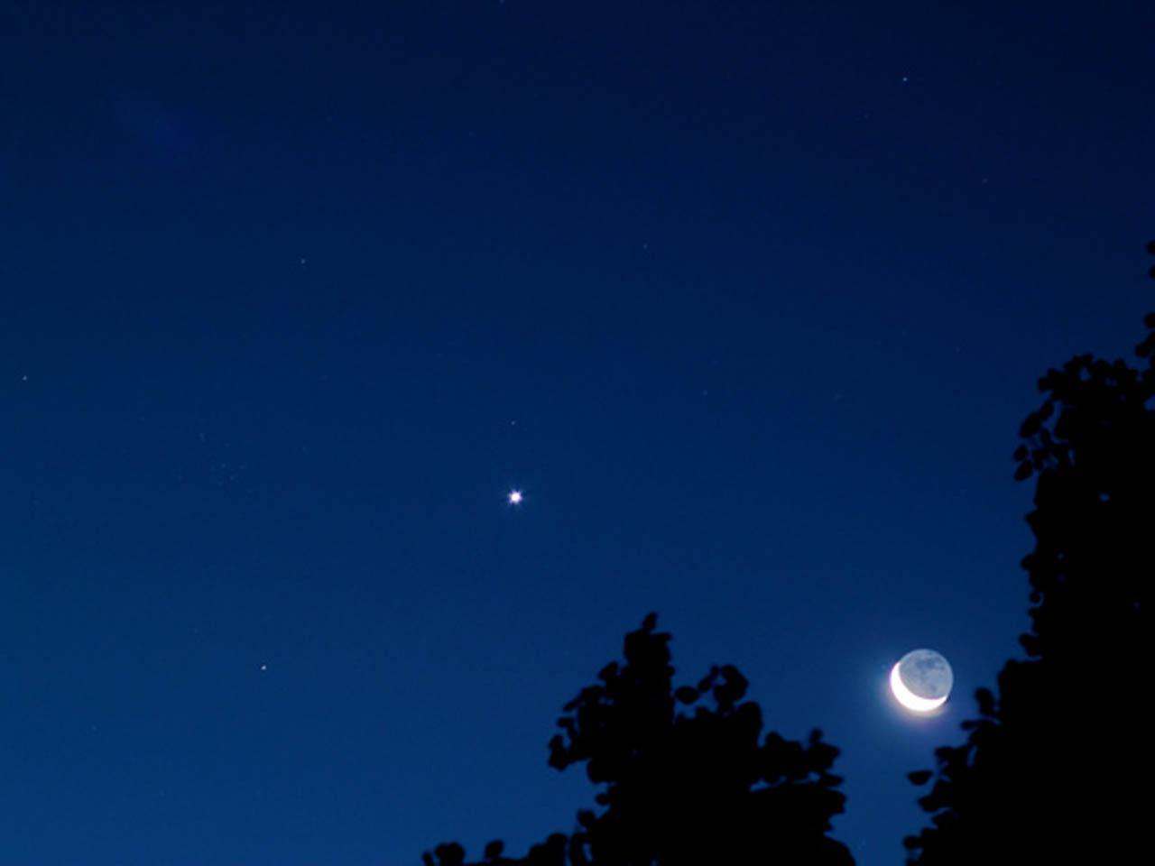 Bright Venus and moon shine in Friday morning sky - CBS News