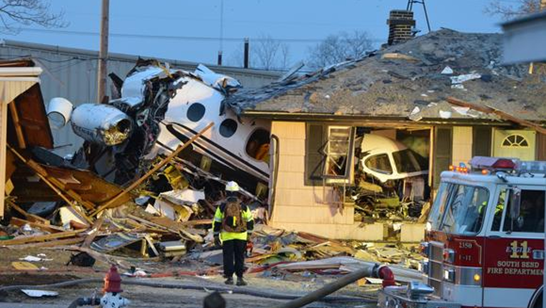 Jet crashes into Ind  houses, killing at least 2 - CBS News