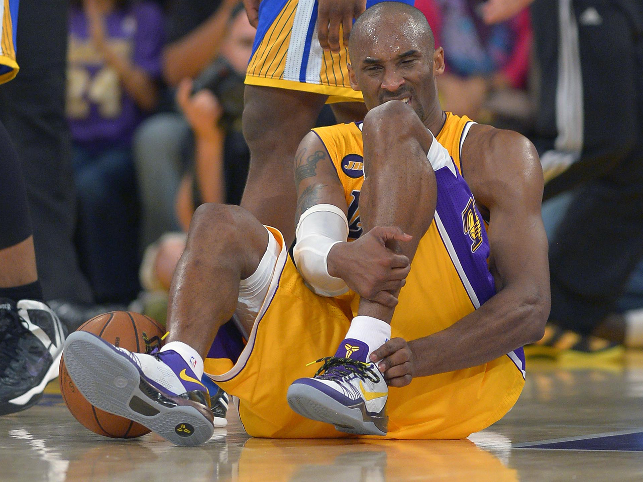 43c63b9b652 Kobe Bryant's season over after tearing Achilles - CBS News