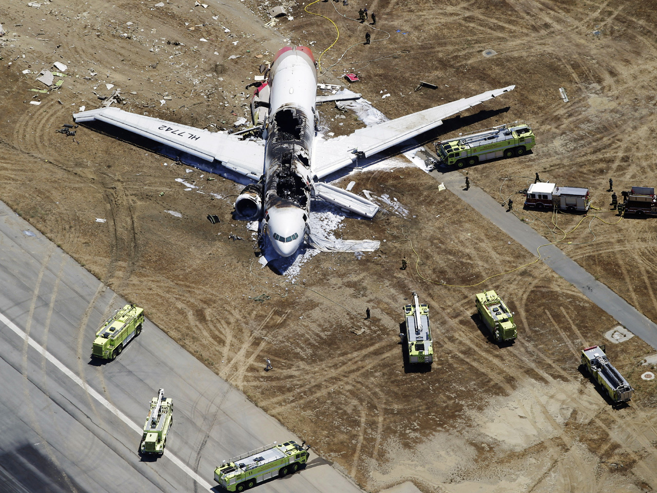 Plane crash at San Francisco airport, 2 dead - CBS News