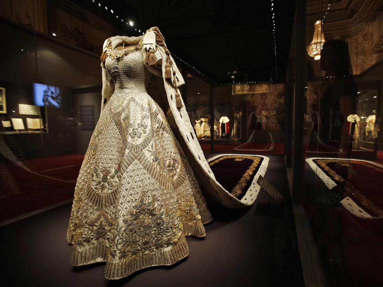 Queen Elizabeth II\u0027s coronation regalia on display , Photo 1 , Pictures ,  CBS News