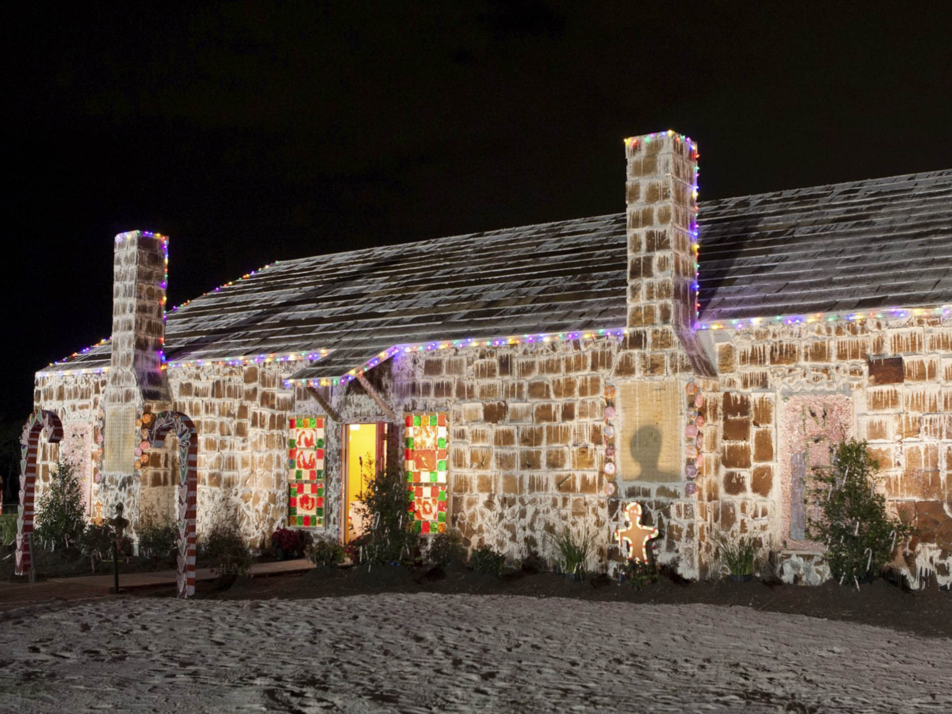 21 foot high gingerbread house in texas sets world record cbs news