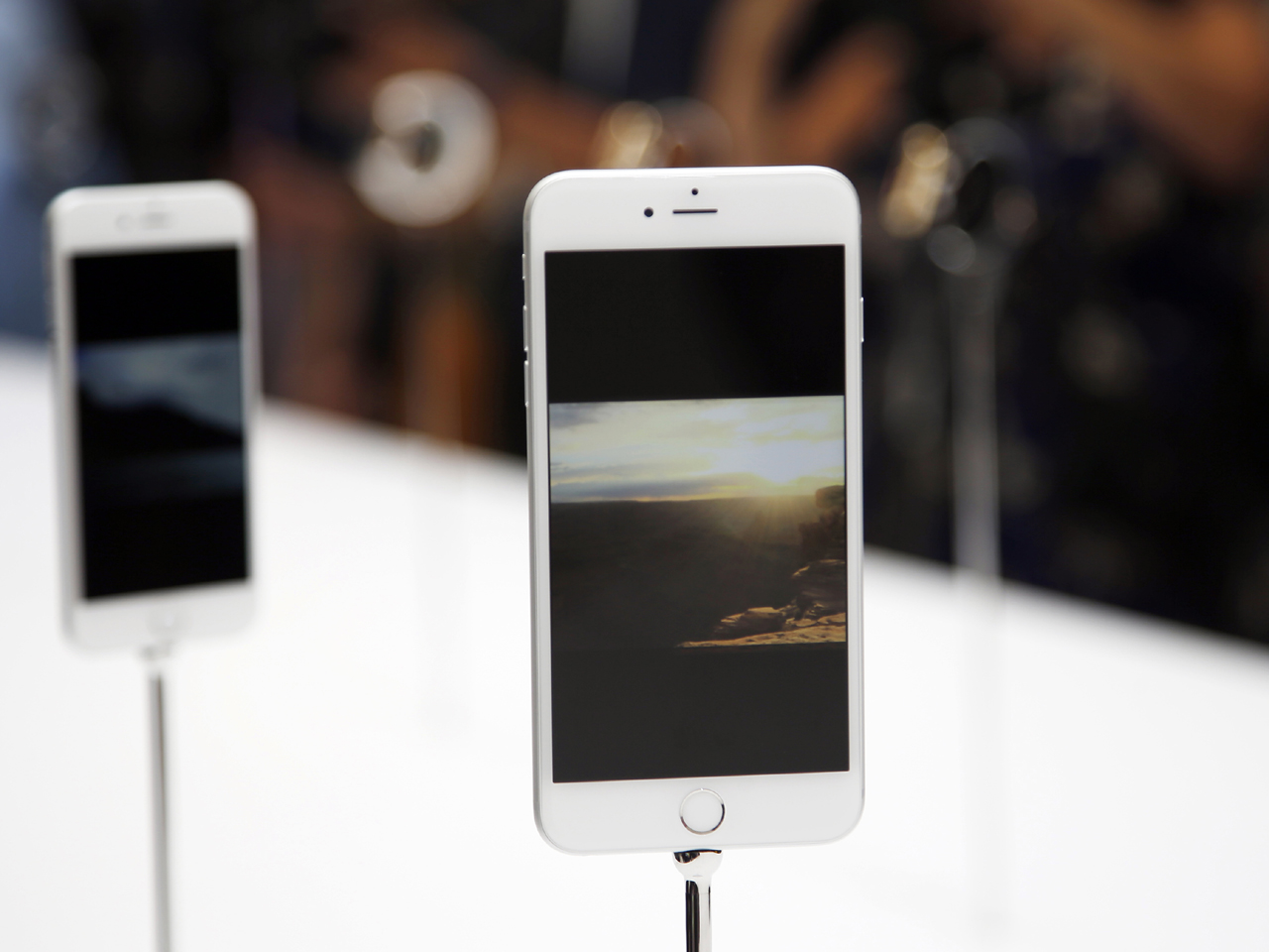 iPhone 6 Plus  Is it too big for women  - CBS News b8d0e97460