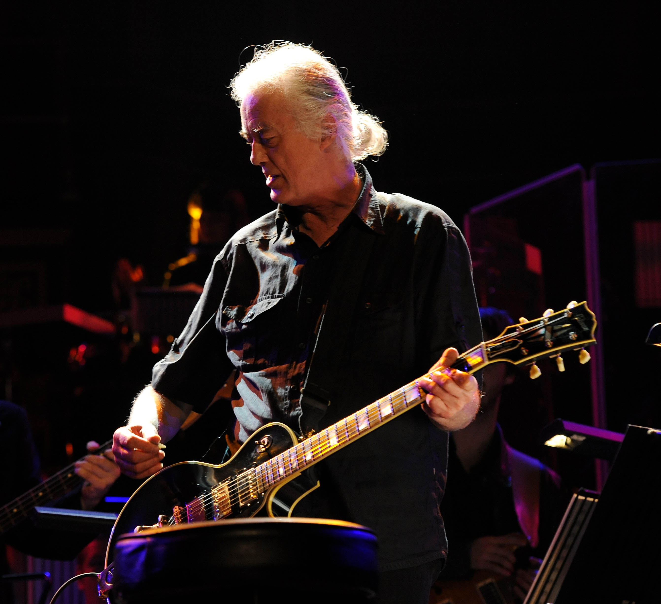Jimmy Page By Jimmy Page : led zeppelin 39 s jimmy page laughs plays air guitar in court cbs news ~ Vivirlamusica.com Haus und Dekorationen