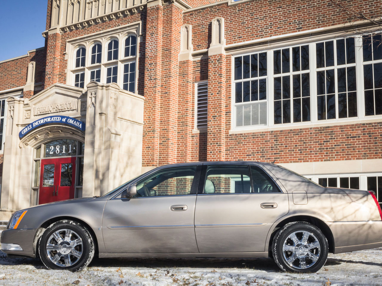 Warren Buffett's 2006 Cadillac DTS auctioned for $122,000 ...