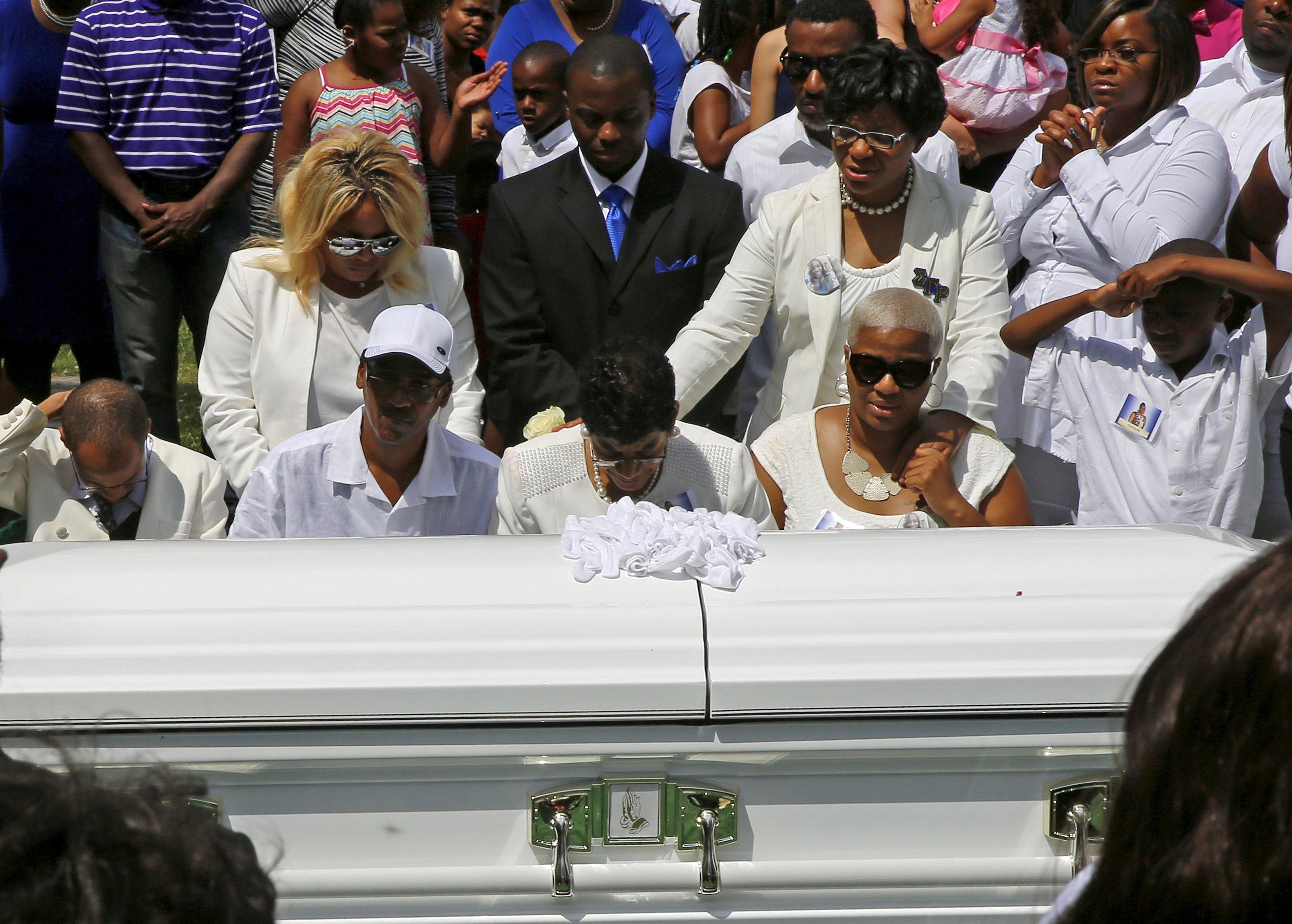 Hundreds of mourners say goodbye to Sandra Bland - CBS News