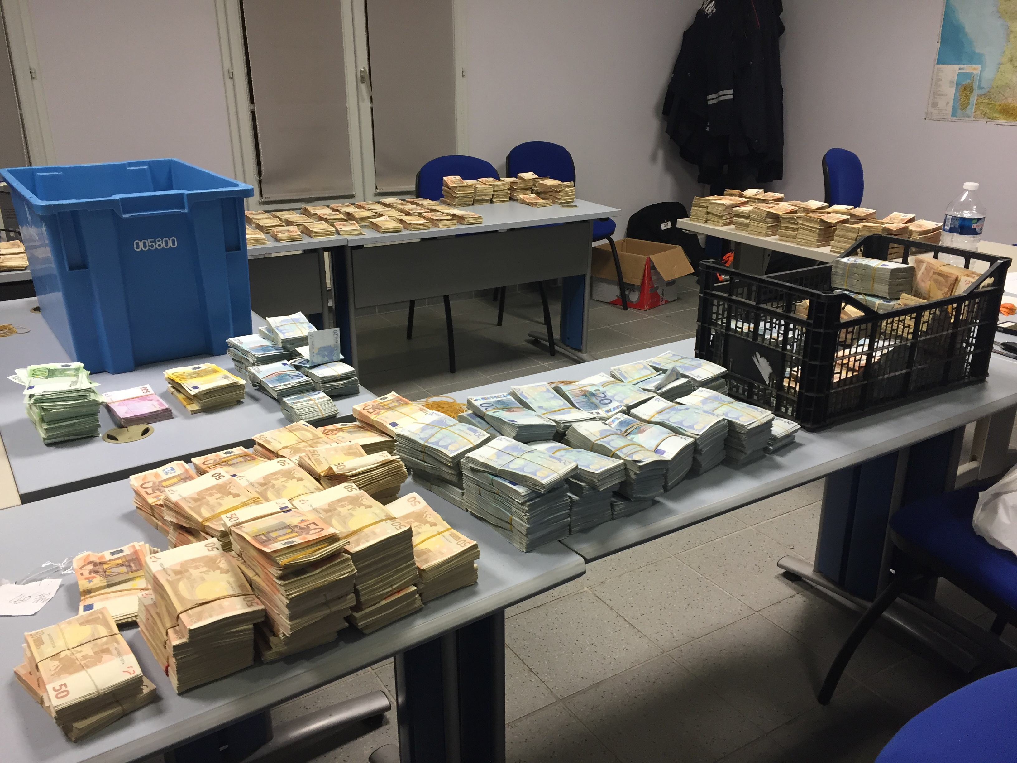 man with millions in cash busted in routine france customs check cbs news. Black Bedroom Furniture Sets. Home Design Ideas