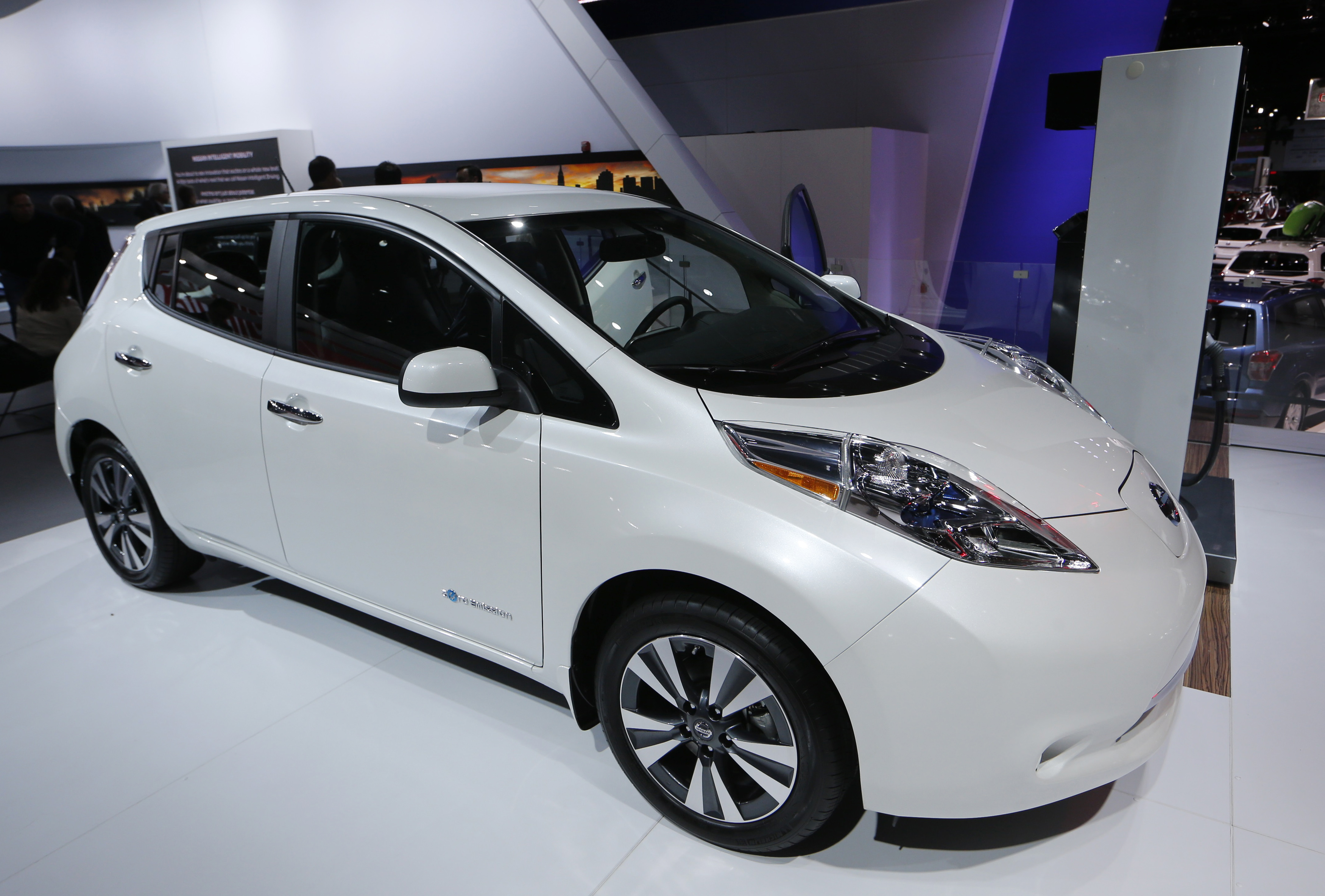 nissan to stick with electric cars tax credits or not cbs news. Black Bedroom Furniture Sets. Home Design Ideas