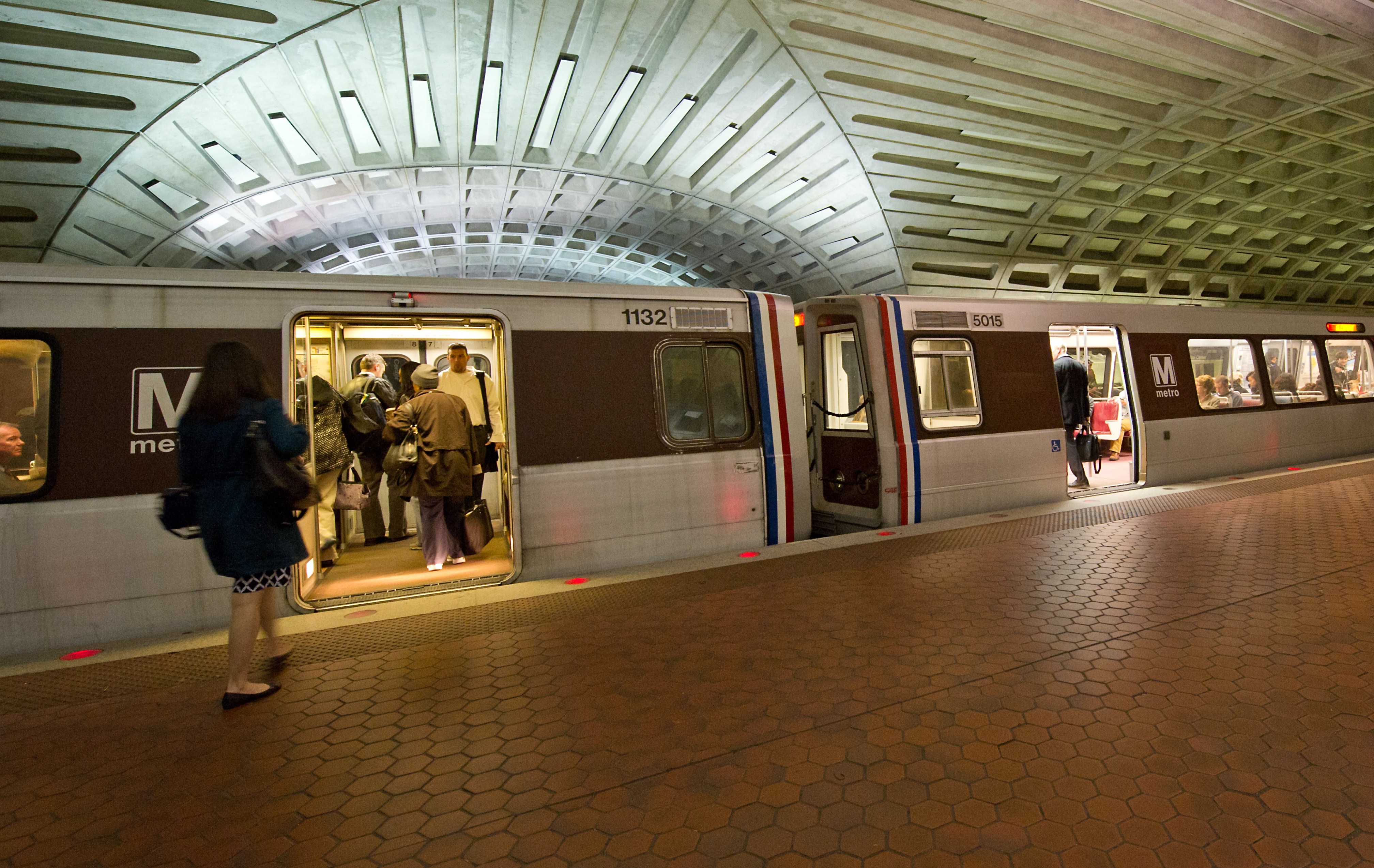 Smoke prompts closure of DC Metro stations  CBS News