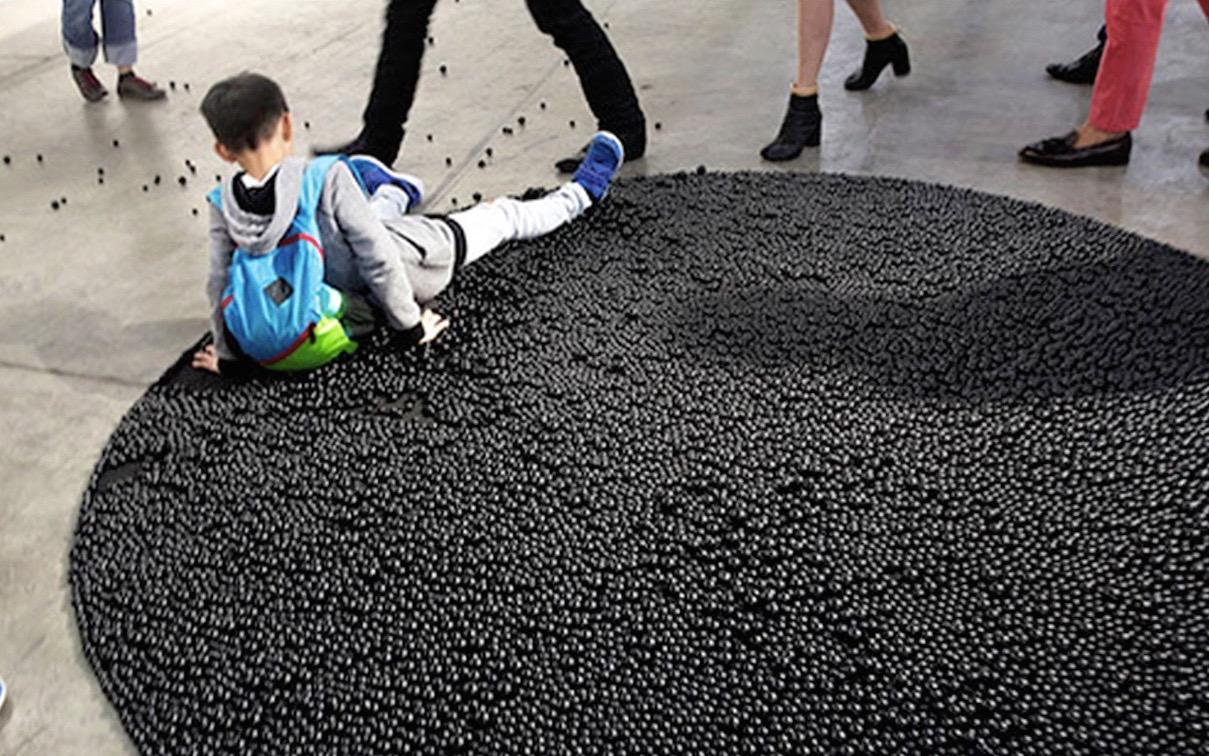 In Arte Nino 2016 politica ficcion: niño cae sobre obra de arte en hong kong