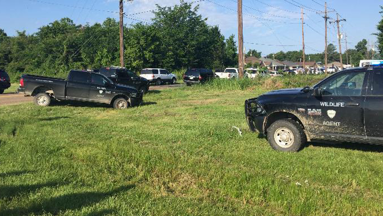 2 Louisiana deputies shot while serving felony warrant - CBS