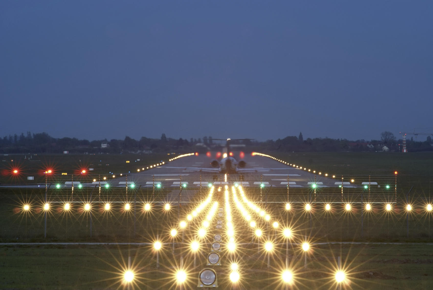 Взлетно посадочная полоса ночью фото 8