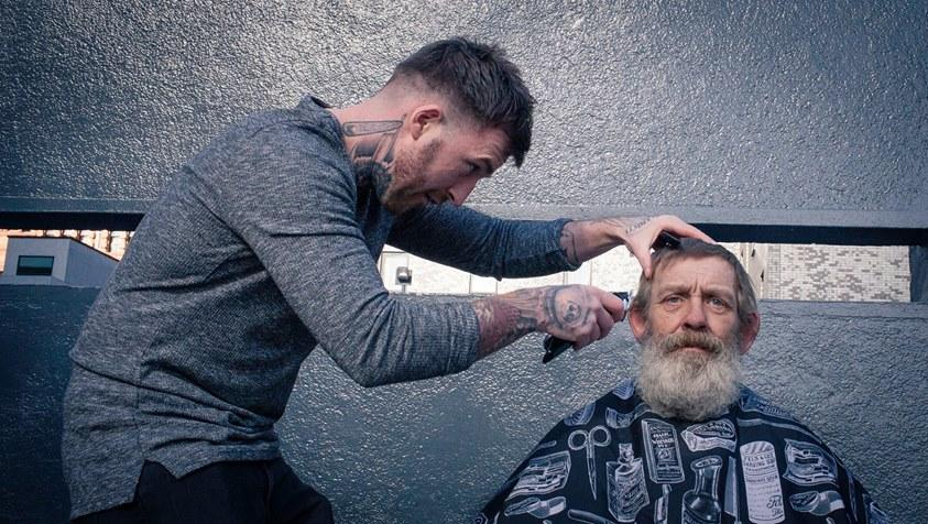 Meet the barber who spends his day off giving haircuts to the homeless -  CBS News