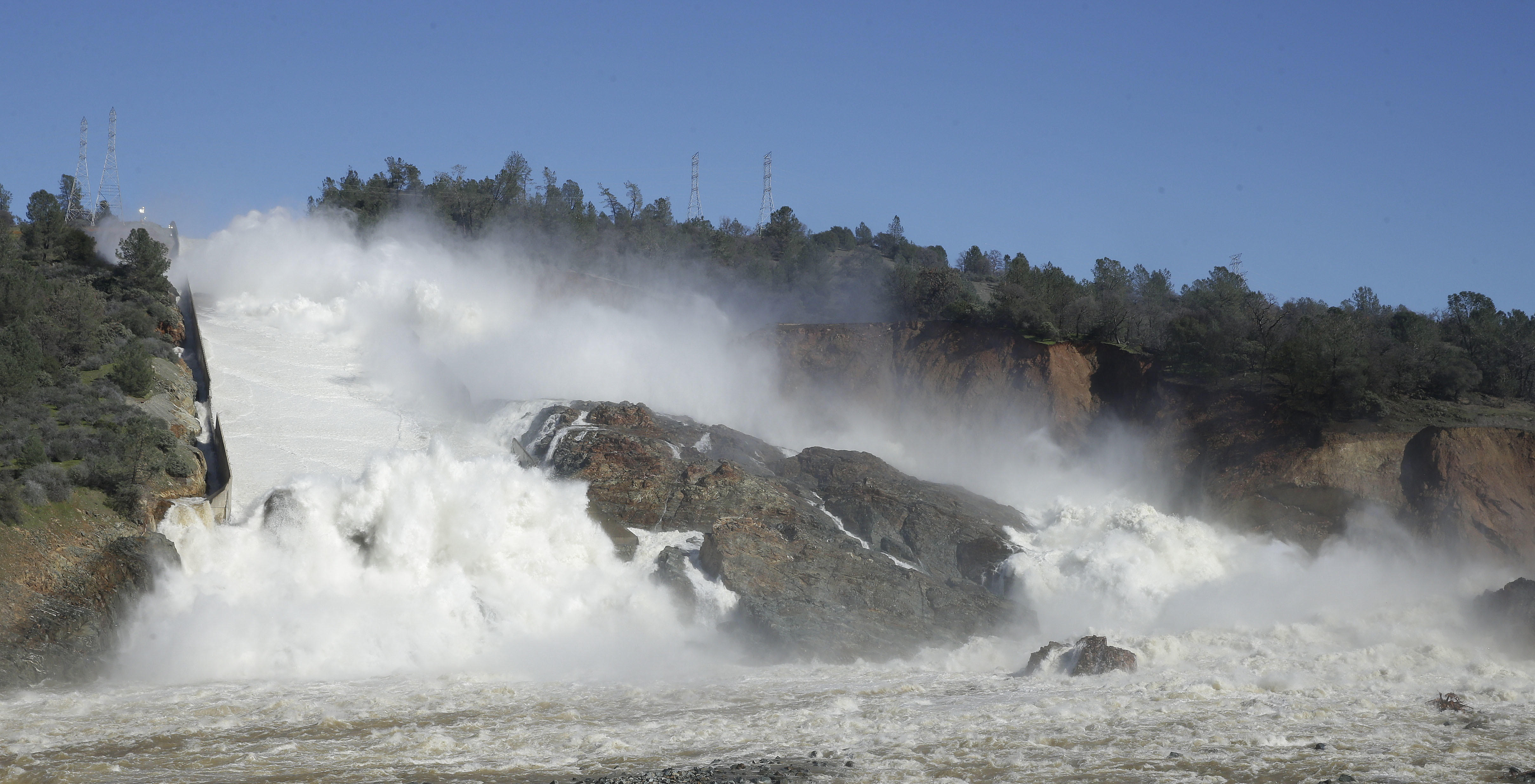 Officials order evacuation of residents near Calif  dam