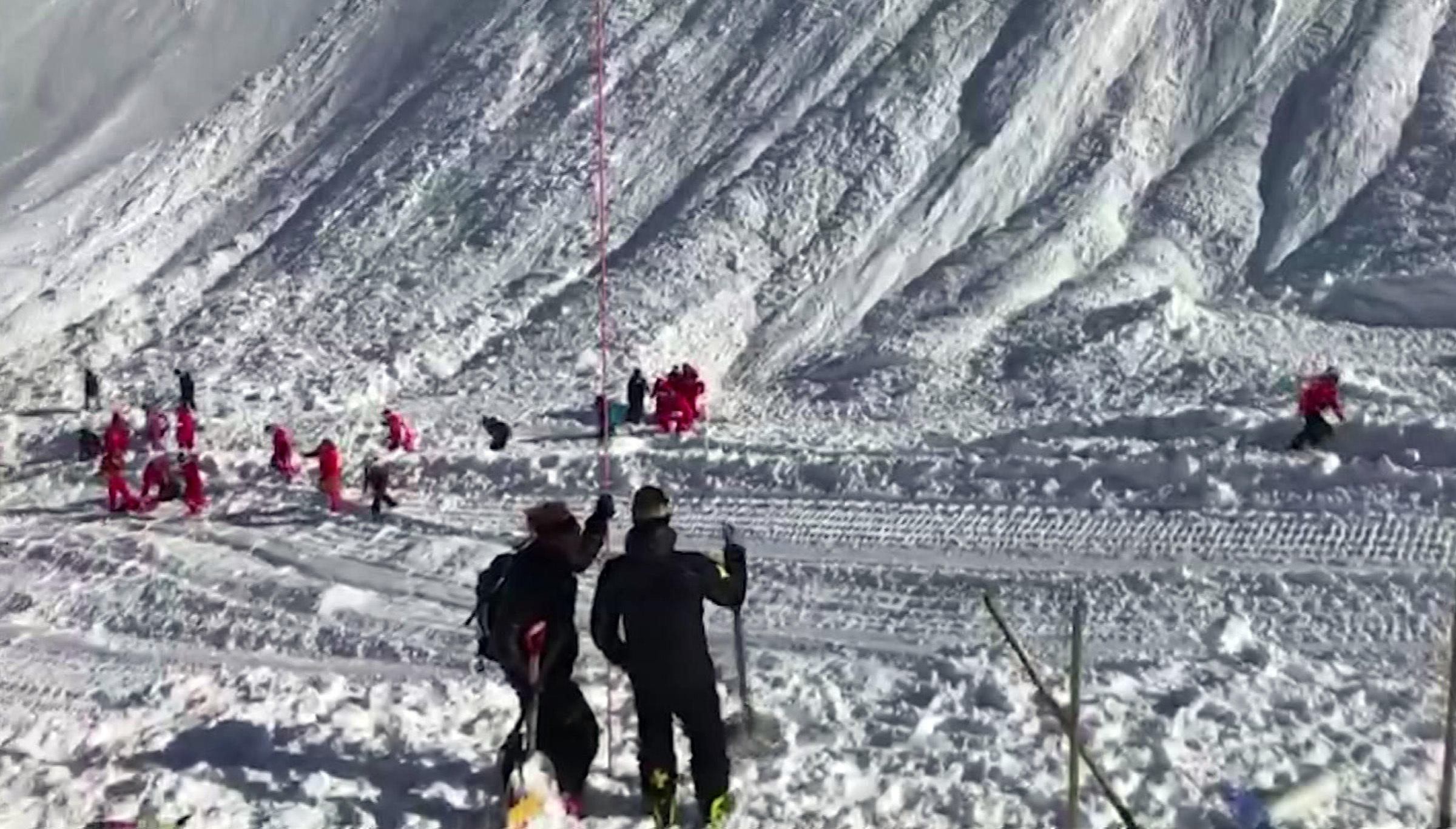 french alps avalanche kills, traps skiers near tignes resort - cbs news