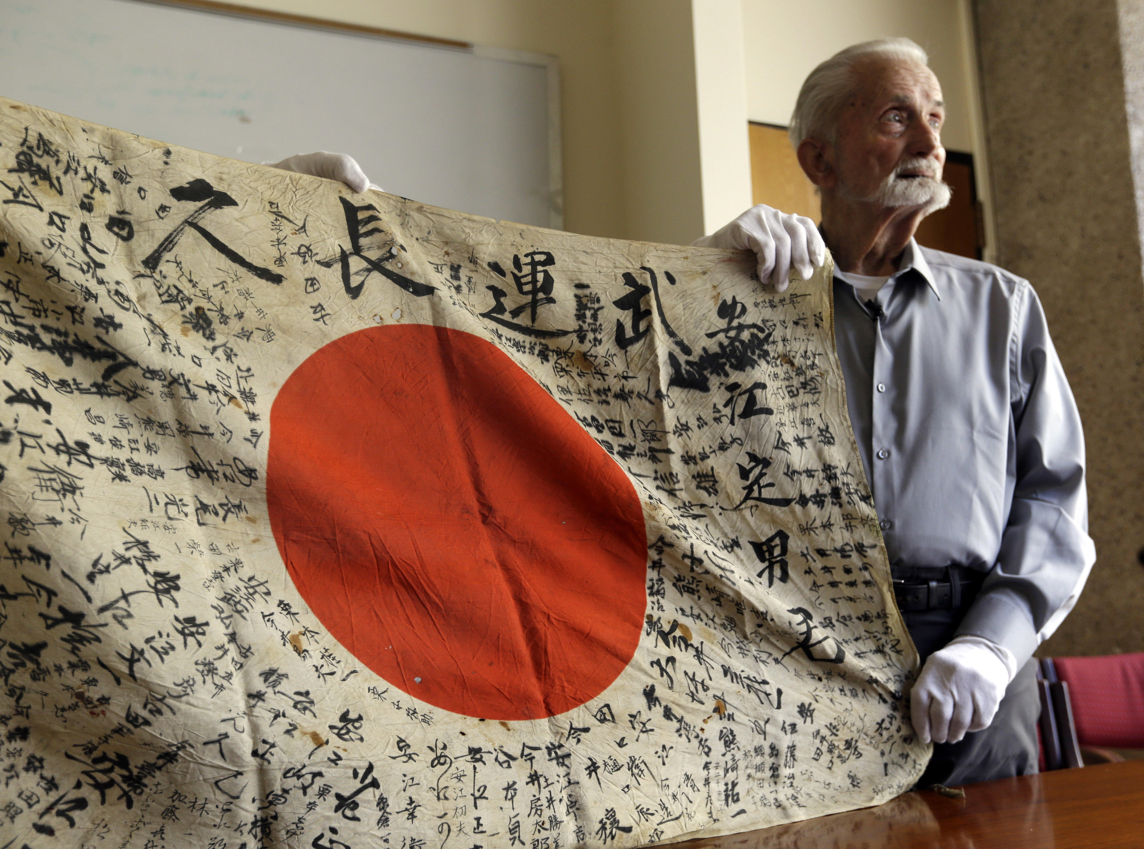 00a888d31 U.S. WWII vet bringing back flag he took from dead Japanese soldier ...
