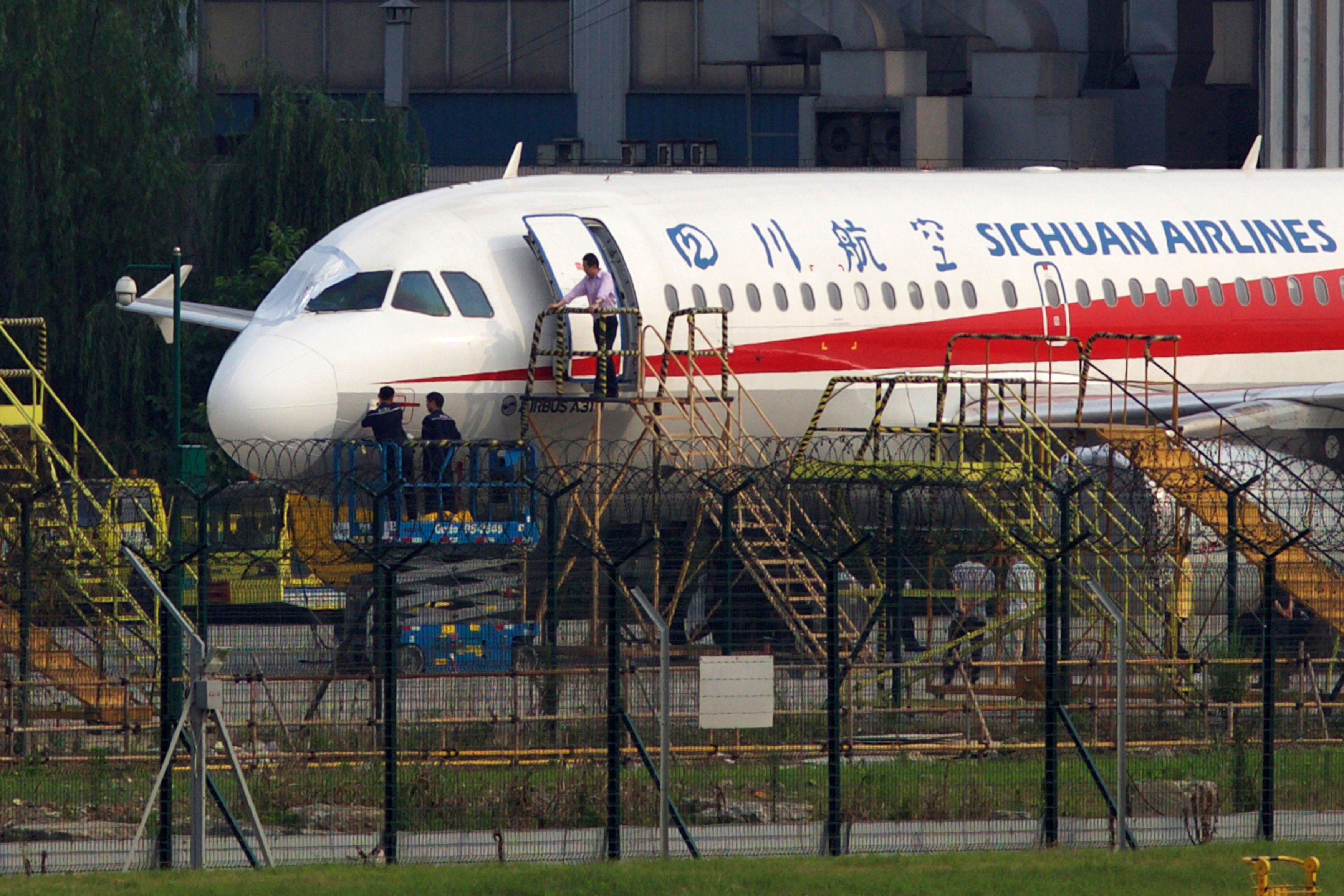 Sichuan Airlines 3u8633 Makes Emergency Landing After Window