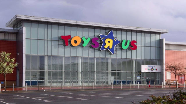Photo of geoffrey the giraffe leaving an empty toys r us store photo of geoffrey the giraffe leaving an empty toys r us store goes viral cbs news gumiabroncs Image collections