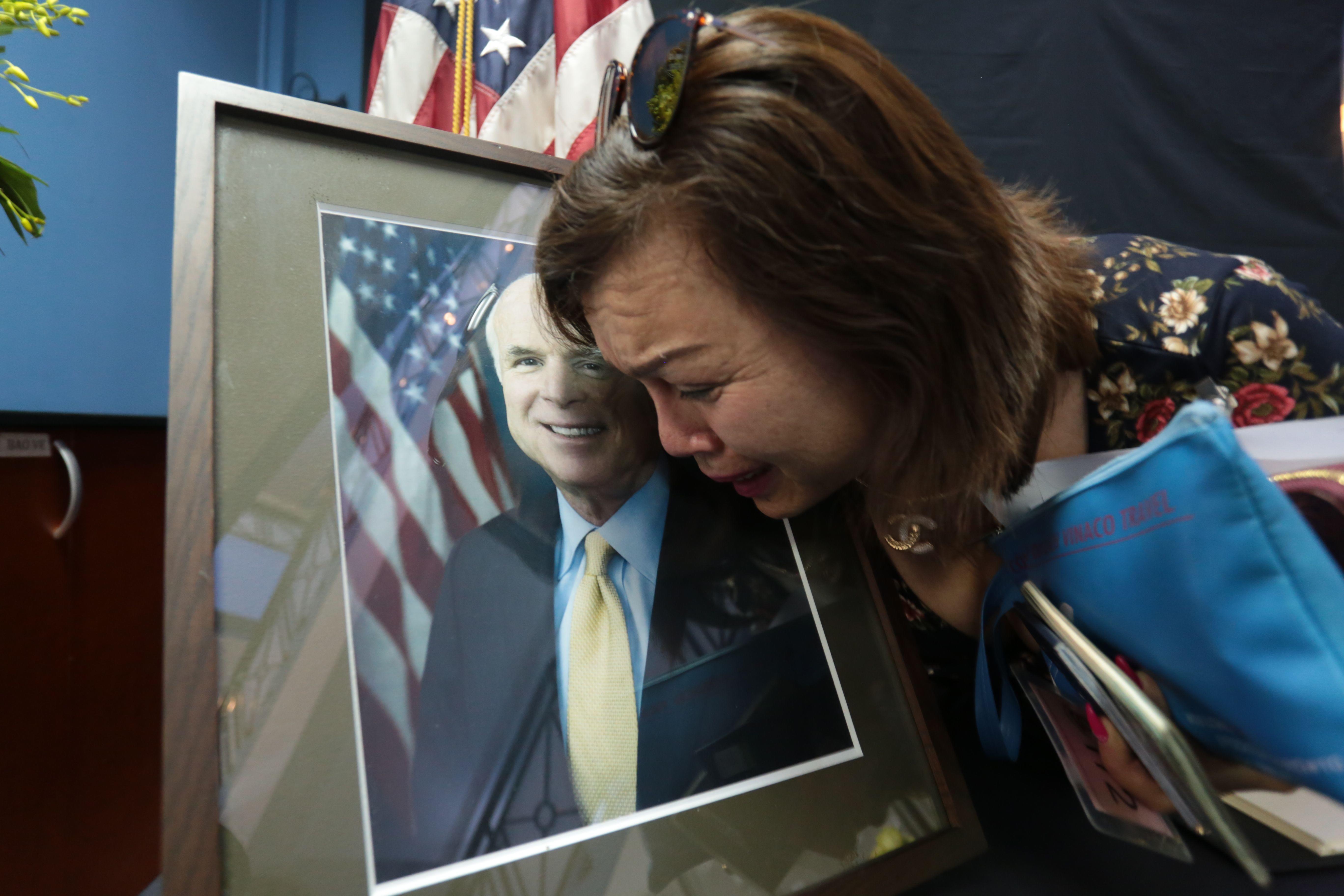 Vietnamese pay tribute to John McCain - CBS News