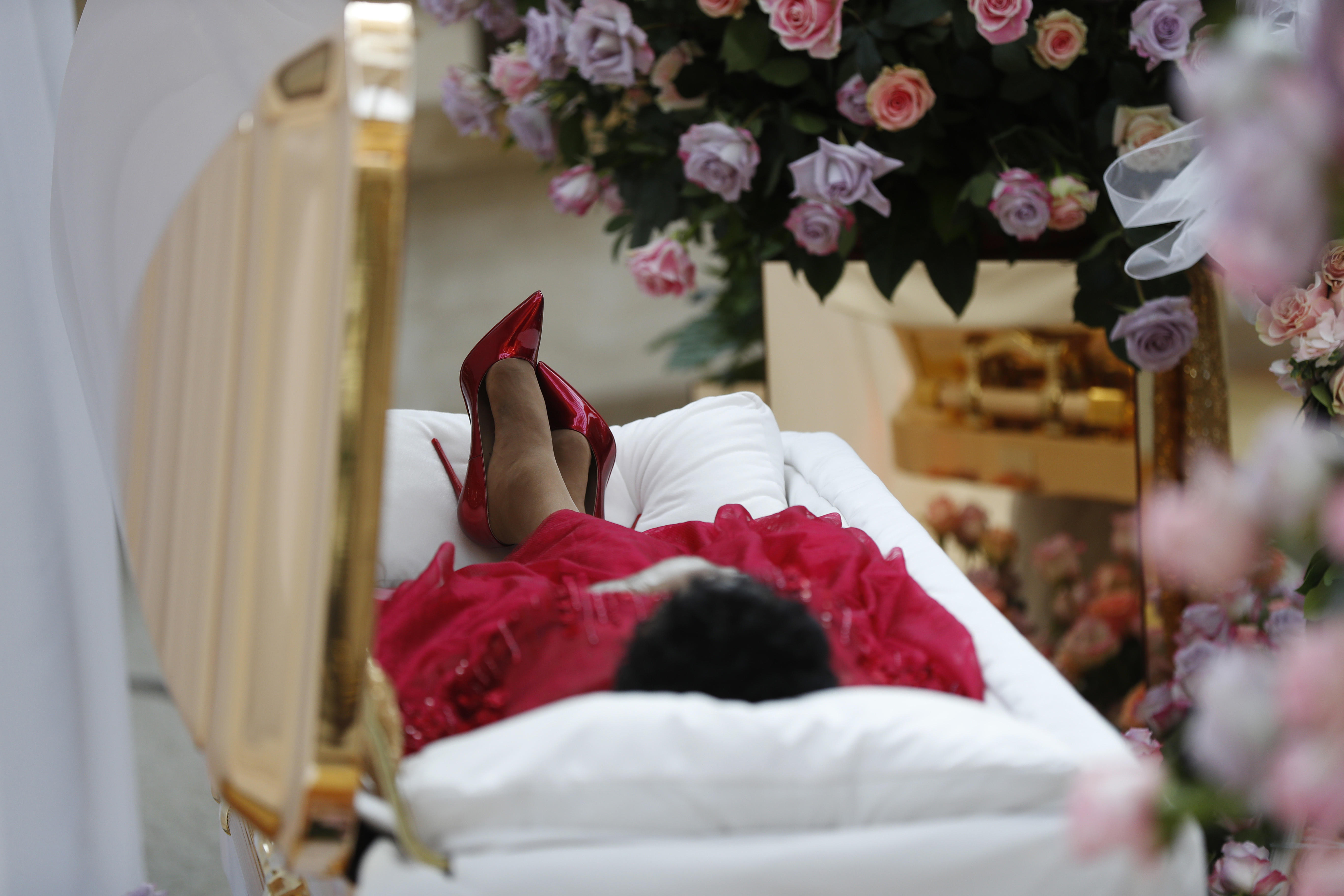 Crowds Of Fans Mourn Aretha Franklin At Public Viewing In Detroit