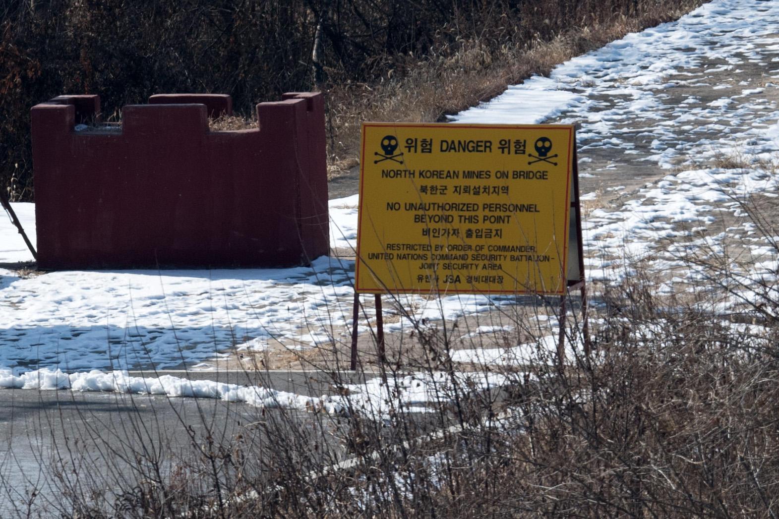 North Korea and South Korea removing land mines along DMZ at