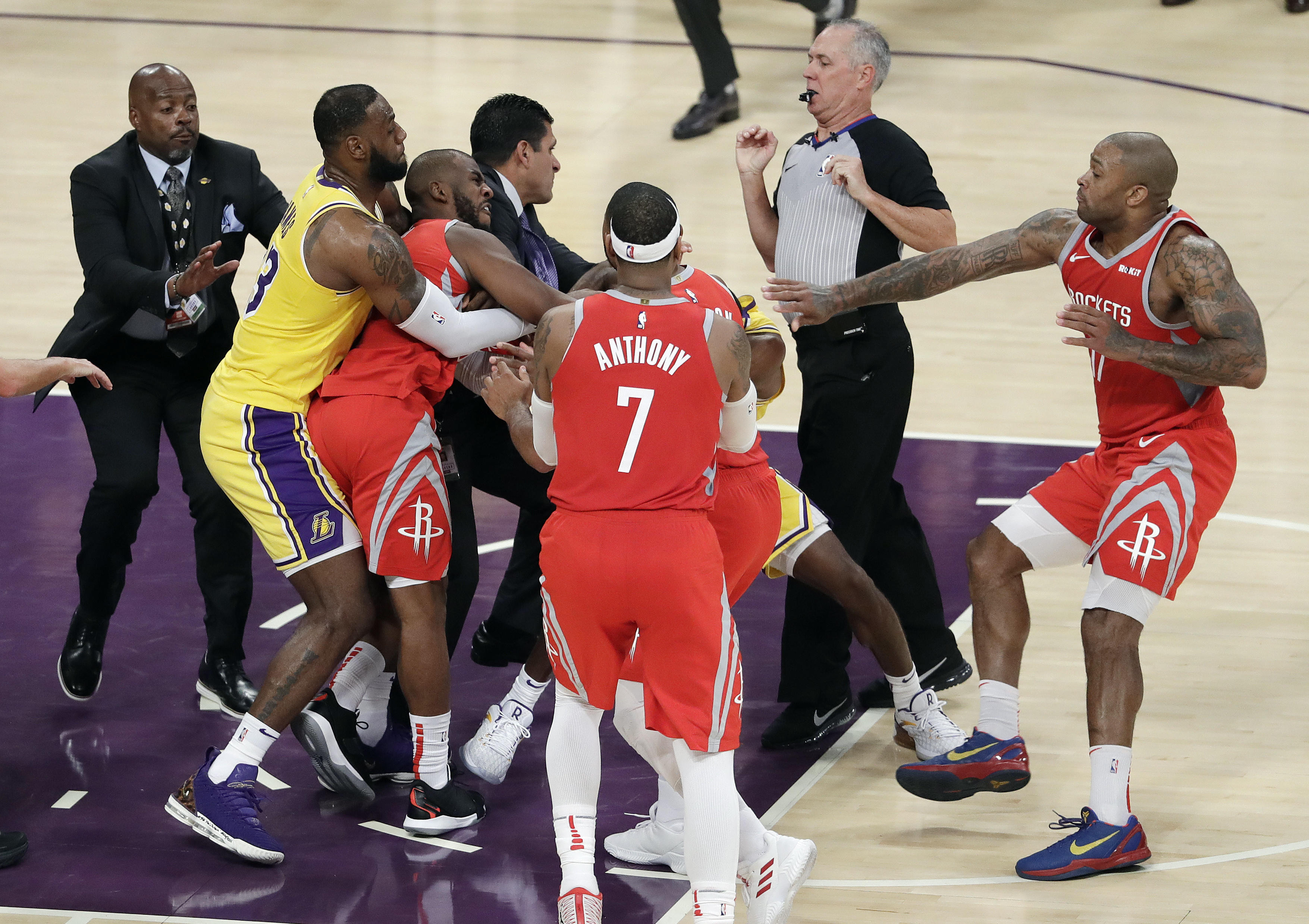 69fb36c143d9 Brawl breaks out between Lakers
