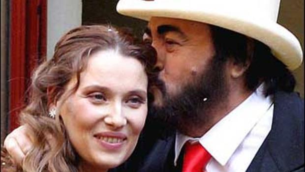 Pavarotti weds live in girlfriend cbs news for Nicoletta mantovani pavarotti