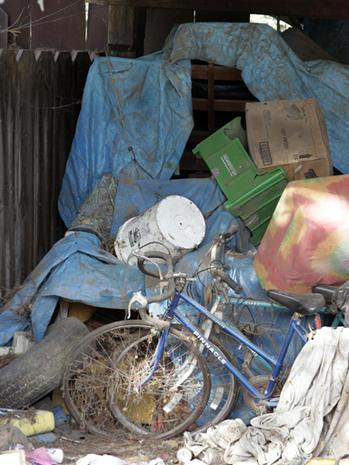 & Inside Jaycee Dugardu0027s terror tent - Photo 4 - Pictures - CBS News