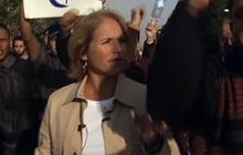 Katie Couric Crowded By Protesters In Egypt