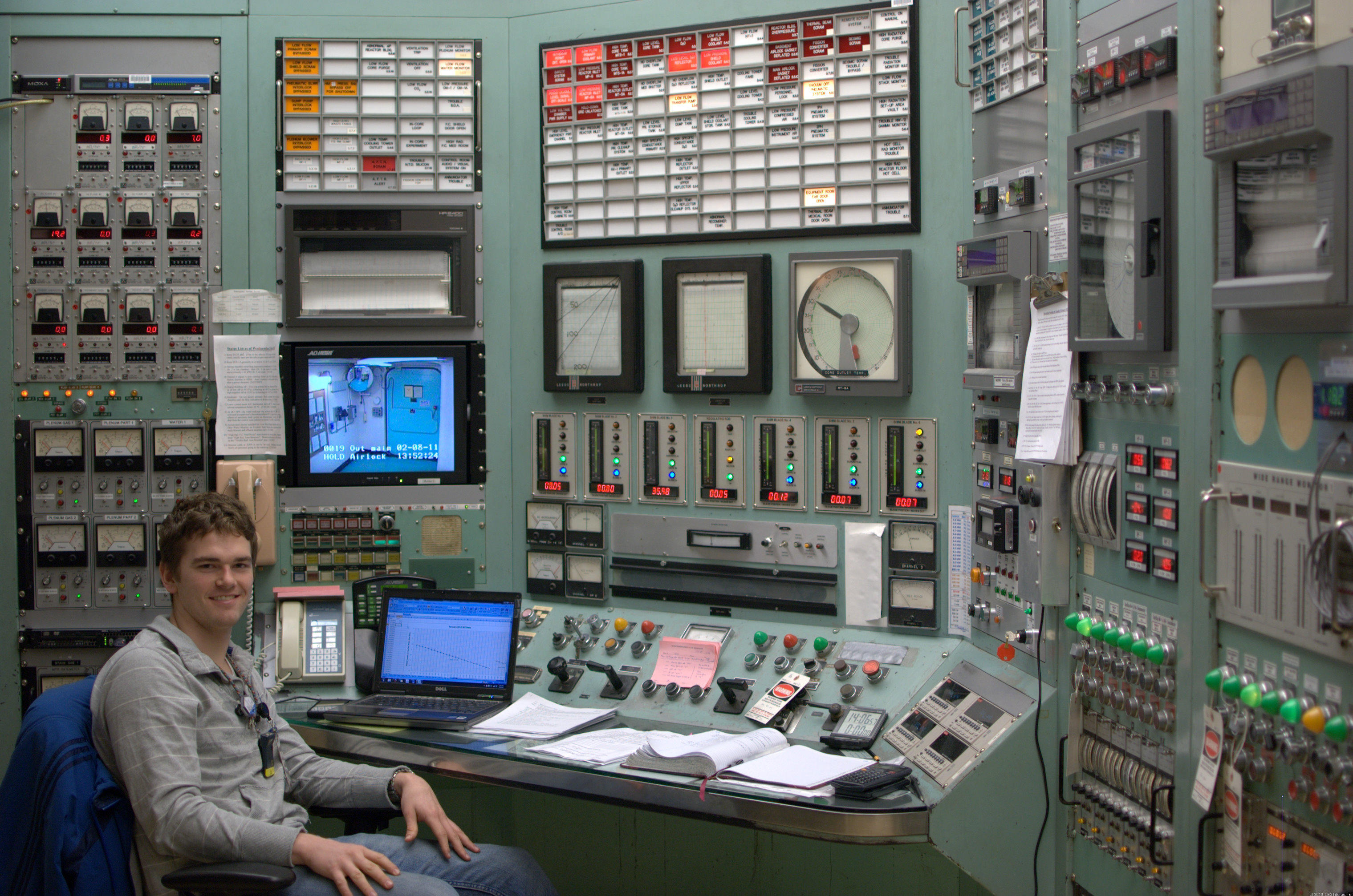 Control room mit 39 s nuclear reactor pictures cbs news for Futuristic control room