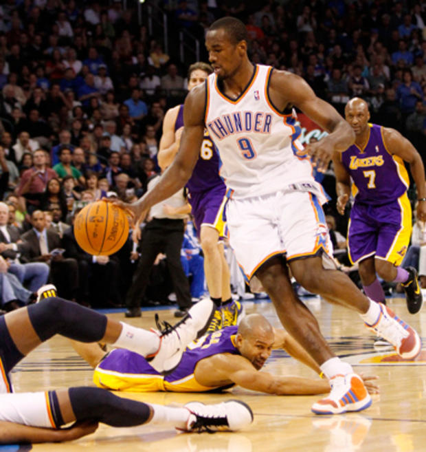 sports_lakers_thunder_ap110227060842.jpg
