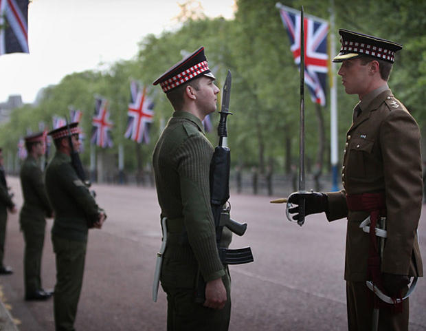 004-guards-talking.jpg