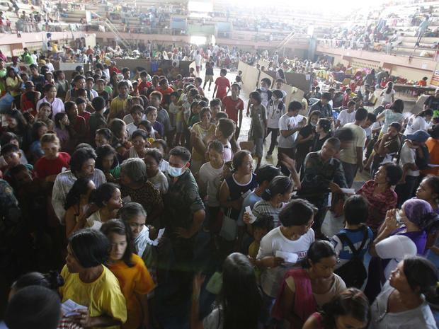 Filipno flood evacuees queue up for relief supplies