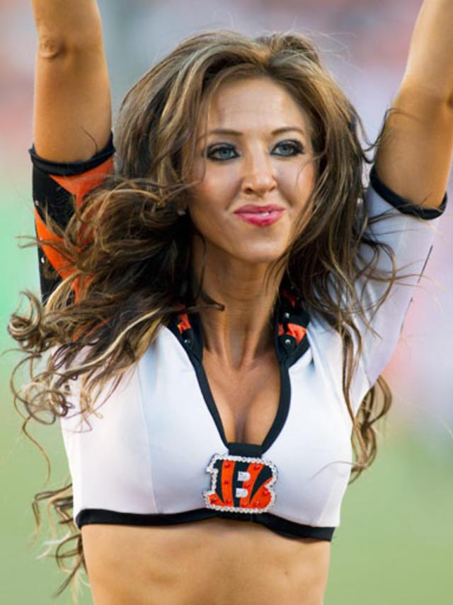 [Image: Bengals-Cheerleader-Sarah-Jones-07-Pic.jpg]