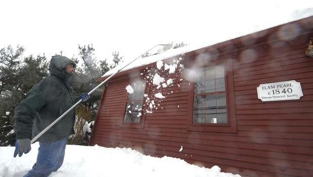 how to clear snow off roof