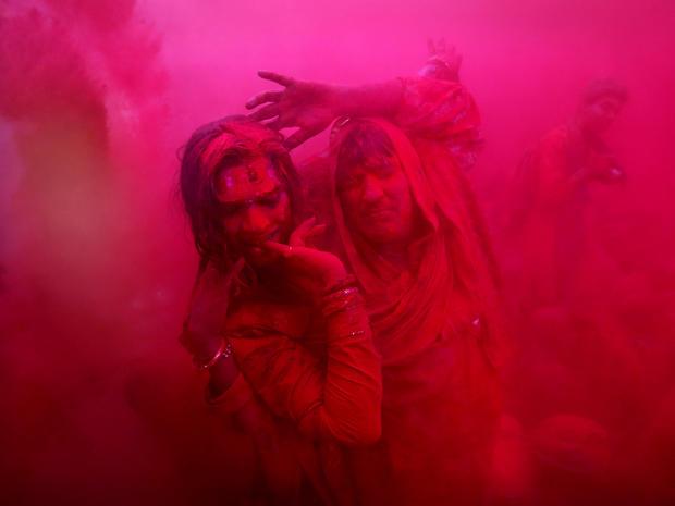 india_lathmar_holi_festival_AP428968947174_fullwidth.jpg