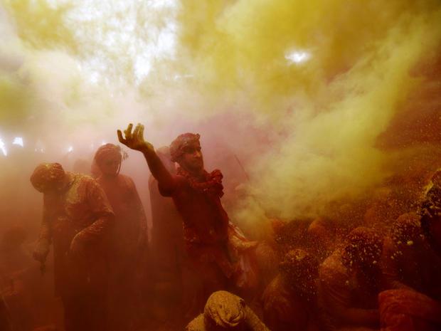 india_lathmar_holi_festival_AP407665432325_fullwidth.jpg
