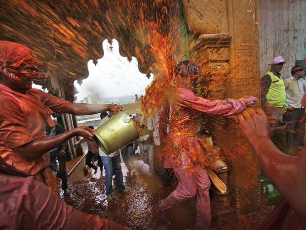 india_lathmar_holi_festival_AP62247600809_fullwidth.jpg