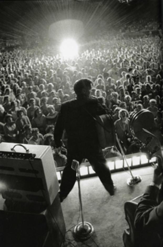 ELVIS_on_stage_GREAT.jpg