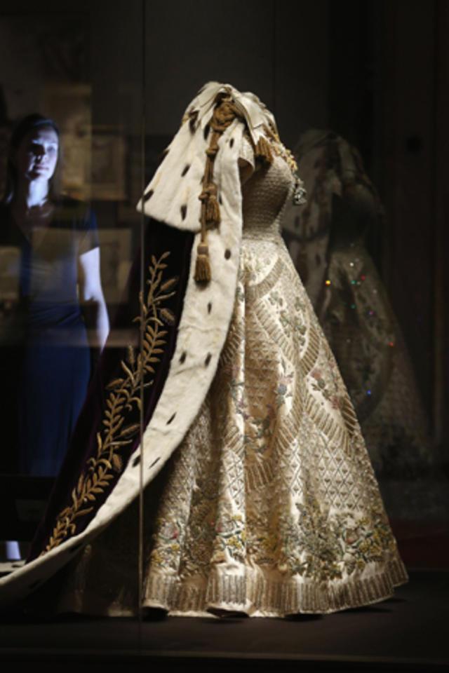 queen elizabeth ii s coronation regalia cbs news queen elizabeth ii s coronation regalia