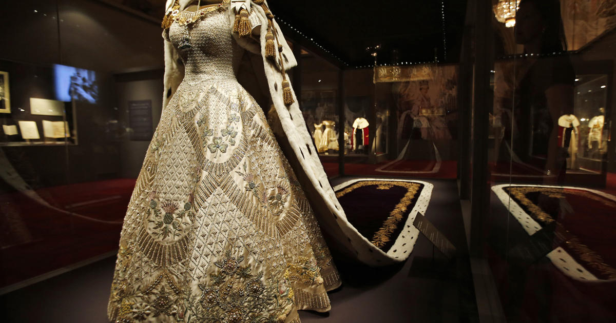 Coronation gown and robe - Queen Elizabeth II\'s coronation regalia ...