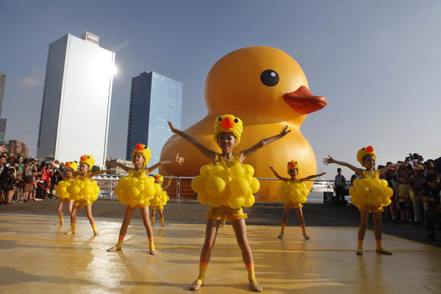 Giant duck floats into Taiwan - Photo 8 - Pictures - CBS News