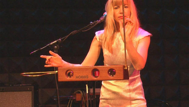 Theremin_performance.jpg