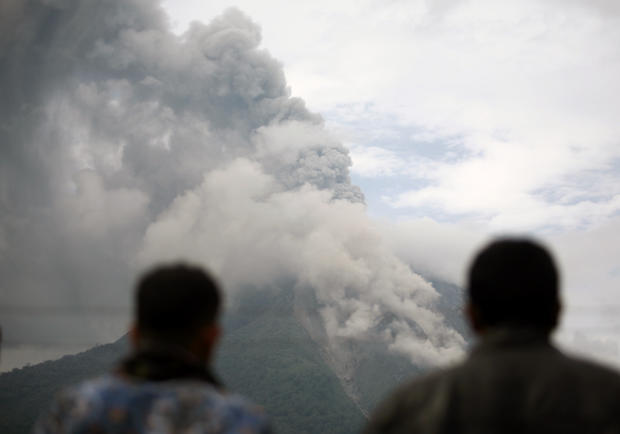 Volcano forces thousands to flee in Sumatra