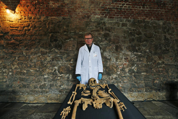 Plague victim skeletons found beneath London subway