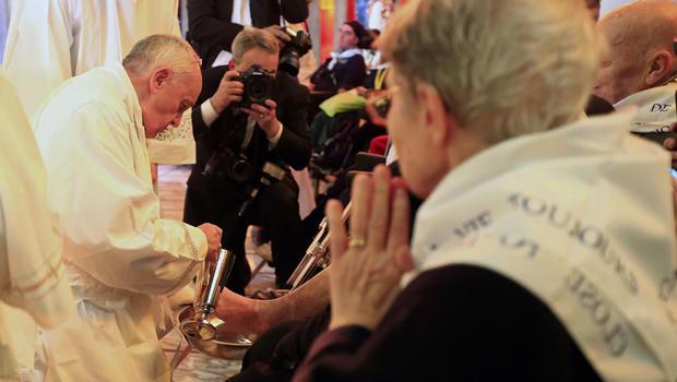pope-washes-feet.jpg