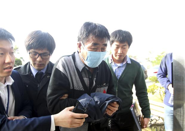 Lee Joon-seok (2nd R), captain of the sunken South Korean ferry Sewol, arrives at the headquarters of a joint investigation team of prosecutors and police in Mokpo
