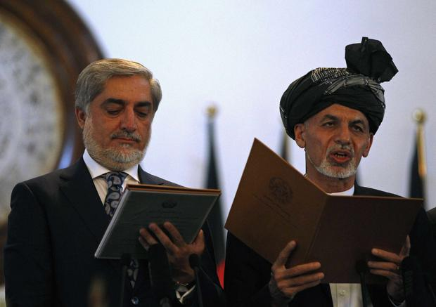 Afghanistan's new President Ashraf Ghani Ahmadzai (R) and Afghanistan's Chief Executive Abdullah Abdullah take the oath